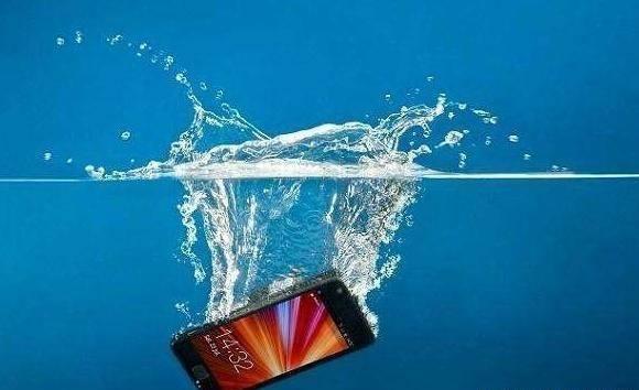 手机进水了怎么办?正确处理方法看这里,方法很实用