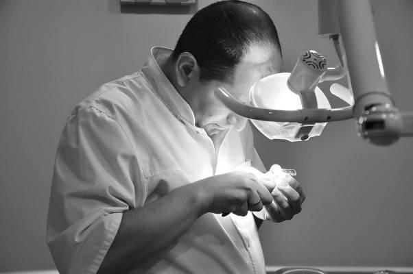 资深牙医的良心告白:能做假牙就不要植牙!